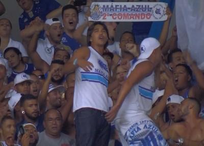 Marcelo Moreno assiste ao jogo no meio da torcida (Foto: Reprodução/ Premiere)