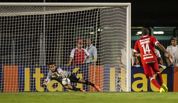 Alisson fez grandes defesas diante do São Paulo (Foto: Alexandre Lops/Inter)