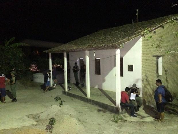 Suspeitos entraram pela porta dos fundos da casa em Caruaru (Foto: Franklin Portugal/TV Asa Branca)