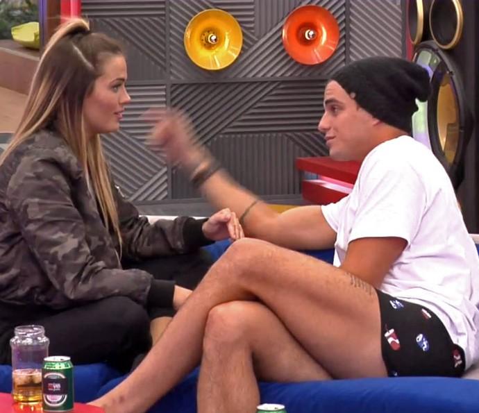 Antônio conversa sozinho com Alyson na sala (Foto: TeleCinco)