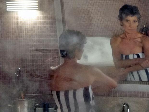 Melissa sai do banho e dá de cara com um 'Z' desenhado no espelho (Foto: Amor Eterno Amor/ TV Globo)