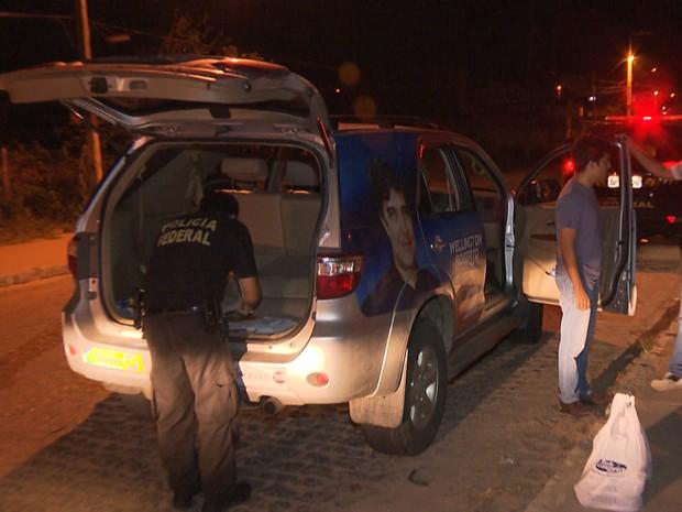 Carro apreendido finha adesivos de vários candidatos (Foto: Reprodução/TV Paraíba)