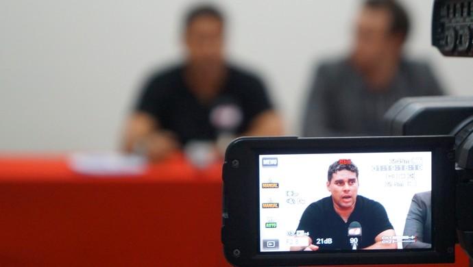 Leandro Sena - treinador (Foto: Augusto Gomes/GloboEsporte.com)