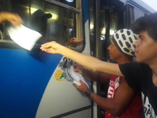 Planfletos foram entregues à população (Foto: Mariana Ferreira/G1 TO)