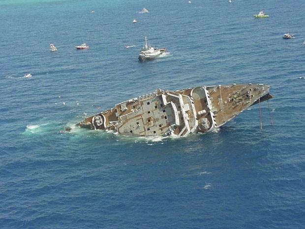 Imagem de arquivo mostra o navio de 155 metros de extensão sendo afundado, em 17 de maio de 2002 (Foto: Reuters/Sergio Garcia/Florida Keys News Bureau)
