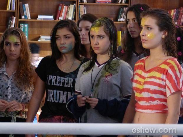 A galera, toda suja, recebe a maior bronca de Meg (Foto: Malhação / TV Globo)