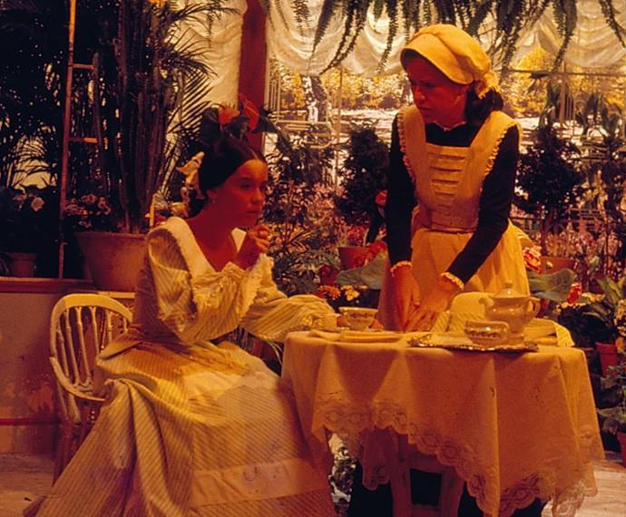 Ao lado de Lucélia Santos, Ada Chaseliov interpretou uma criada em A Dama das Camélias (Foto: Cedoc / TV Globo)