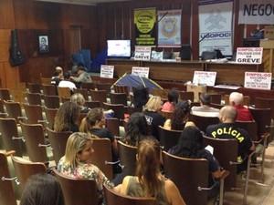 Policiais civis em greve no auditório Costa Lima, na Assembleia de Goiás (Foto: Handerson Pancieri/TV Anhanguera)