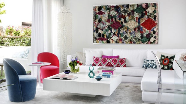 Acessórios coloridos e com brilho alegram apartamento branco (Foto: Montse Garriga/Divulgação)