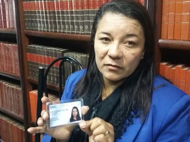 Maira Alves de Lima perdeu a única filha, Rita de Cássia Alves de Lima, em acidente na Rodovia Mogi-Bertioga (Foto: Maiara Barbosa/G1)