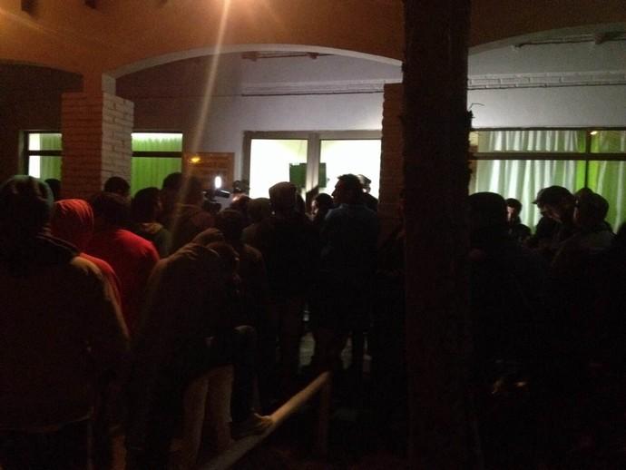 Povo porta 15ª Comisaría acidente Vidal (Foto: Reprodução)