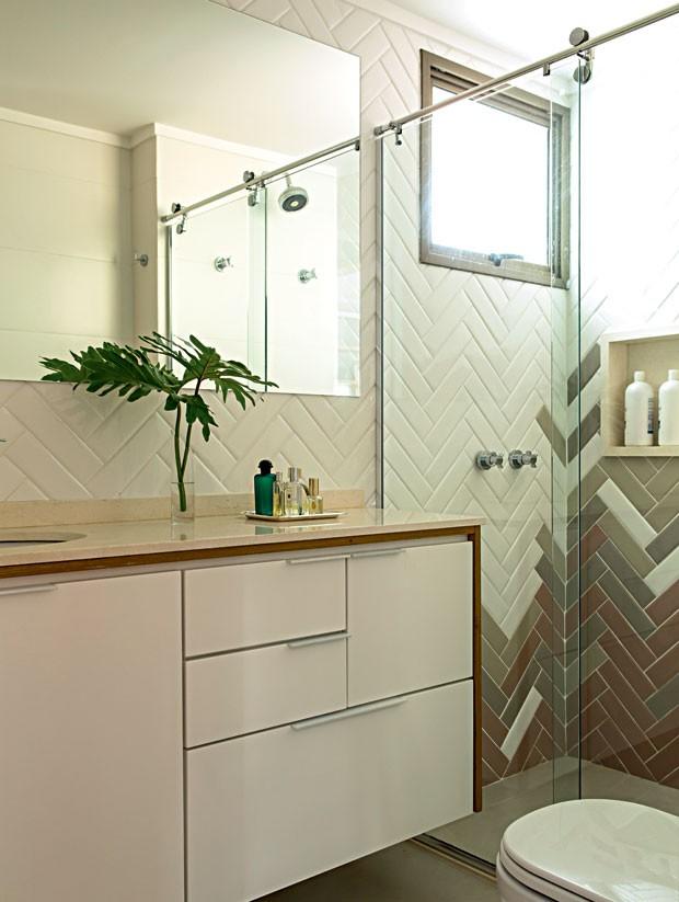 apartamento-dt-estudio-banheiro-bancada-armario-laqueado (Foto: Edu Castello/Editora Globo)
