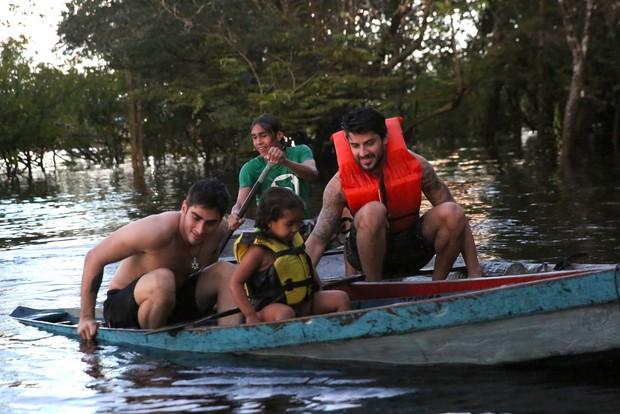 Renan passeia de canoa (Foto: Denilson santos/AgNews)