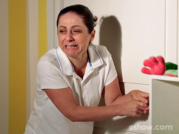 Adriana se desespera após ser trancada (Foto: Felipe Monteiro/TV Globo)