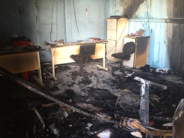 Empresa foi incendiada em Palhoça na madrugada desta segunda-feira (25) (Foto: João Salgado/RBS TV)