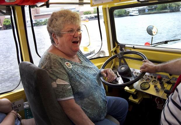 A monitora Karen Klein assume o controle de veículo anfíbio no rio Charles, em Boston, no último dia 28 de junho (Foto: Steven Senne / AP)