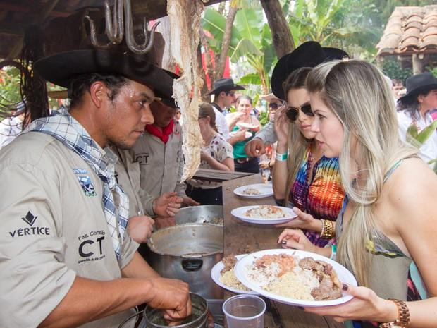 Almoço é servido aos participantes após serem avaliados pelos juízes (Foto: Alfredo Risk/G1)