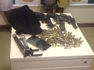 Polícia apreendeu armas, munição e capuz que teria sido usado no crime  (Foto: Guilherme Brito/ G1)