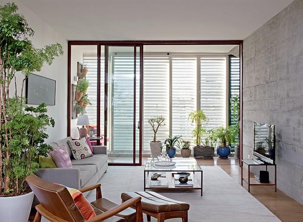 Com muitas plantas, a sala do seu apartamento vai parecer um verdadeiro quintal. O verde pode estar em vasos apoiados no chão ou pendurados na parede, como no projeto do escritório Apiacás Arquitetos (Foto: Marcelo Magnani/Casa e Jardim)