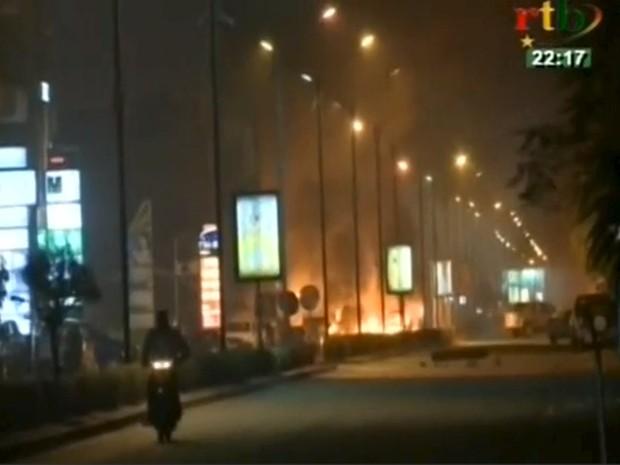 Fogo é visto após explosão perto de hotel em Ouagadougou, capital de Burkina Faso, onde homens armados realizaram ataque nesta sexta-feira (Foto: REUTERS / RTB via TV REUTERS)