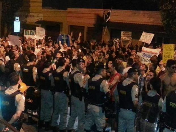 Manifestação durou quase quatro horas em Divinópolis (Foto: Anna Lúcia Silva/ G1)