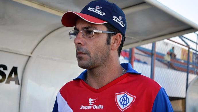 Rodrigo Fonseca já comandou os novos reforços no treino da segunda (Foto: Felipe Martins/GLOBOESPORTE.COM)