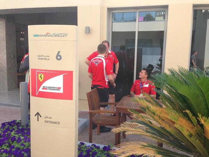 Mecânicos da Ferrari seguem com uniformes da Marussia - Voando Baixo