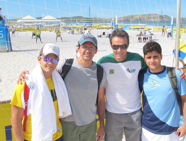 vôlei de praia Roberto Lopes, filhos e Franco (Foto: Eric Onida)