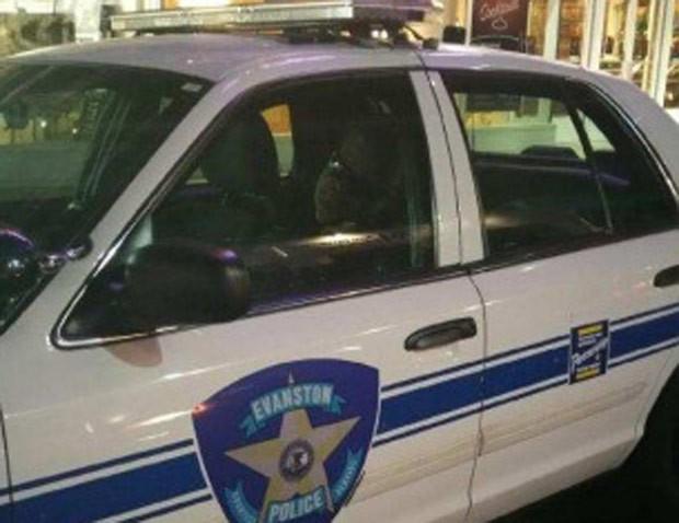 Policial de Evanston foi flagrado dormindo na viatura durante o serviço (Foto: Reprodução/Twitter/WGN)