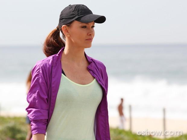 Julia Lemmertz rodou cenas caminhando no calçadão sob forte sol (Foto: Carol Caminha/ TV Globo)