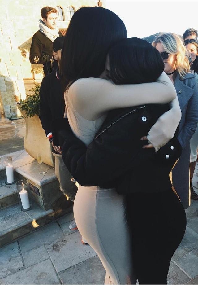 Kylie Jenner abraça Victoria Gamero (Foto: Reprodução)