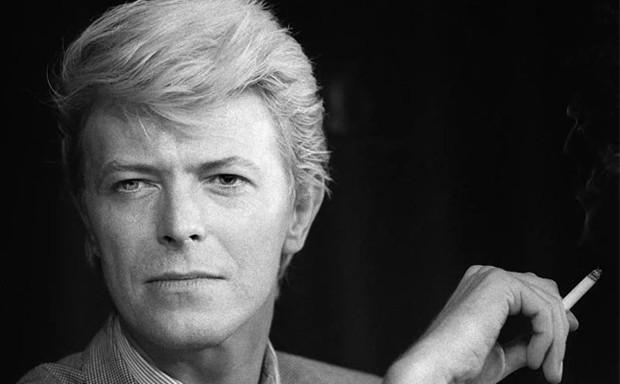 David Bowie fuma um cigarro durante coletiva de imprensa no festival de cinema de Cannes em maio de 1983 (Foto: Ralph Gatti/AFP/Arquivo)