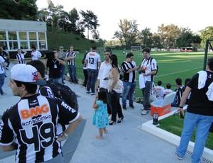 torcedores treino do Atlético-mg (Foto: Leonardo Simonini)