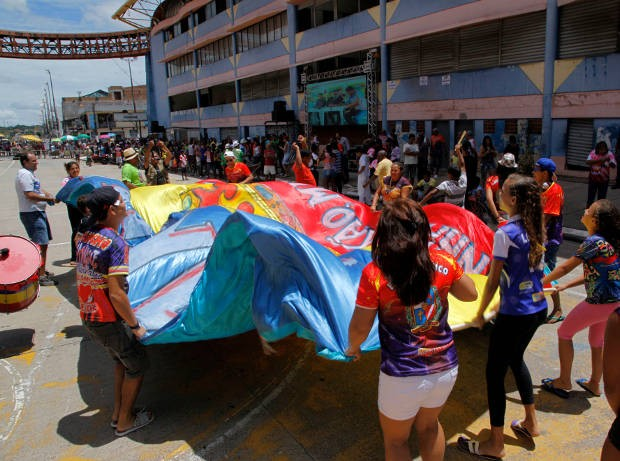 Campeãs comemoram o título na Aldeia Cabana. (Foto: Divulgação/ Comus)