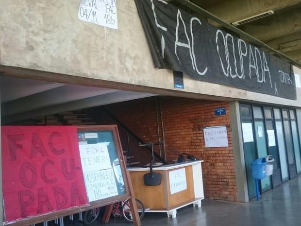 Faixa indicando ocupação da Faculdade de Comunicação da UnB (Foto: Alexandre Bastos/G1)