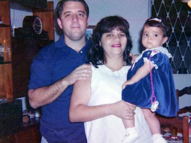 Foto de casal e filha em câmera comprada em feira  (Foto: Bruno Guimarães/ Arquivo Pessoal)
