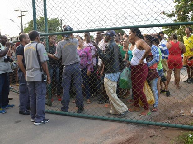 Familiares de detentos aguardam do lado de fora do presídio (Foto: Ed Santos/Acorda Cidade)