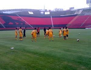 Jogadores do Vitória treinam na chuva no Barradão (Foto: Thiago Pereira/Globoesporte.com)