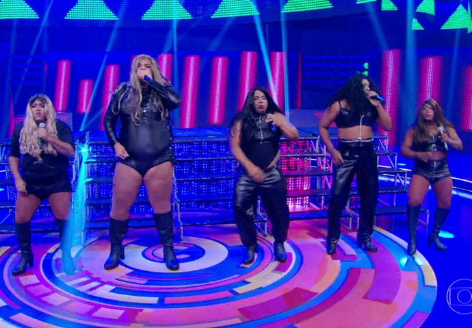 Grupo de pagode Diz no Pé se transforma no Fifth Harmony no palco do 'Caldeirão' (Foto: TV Globo)