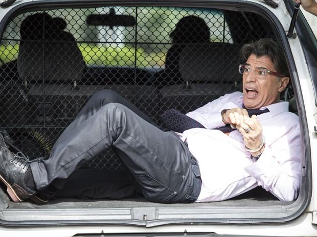 Téo é jogado em carro da polícia após escândalo (Foto: Raphael Dias / Gshow)