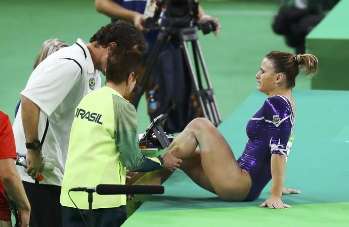 Jade Barbosa se machuca durante apresentação no solo (Foto: Kai Pfaffenbach/REUTERS)