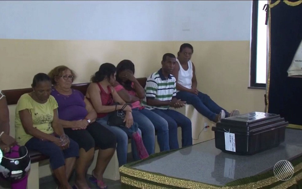 Familiares e amigos acompanharam velório, mas não puderam realizar enterro de criança em Feira de Santana (Foto: Reprodução/TV Subaé)