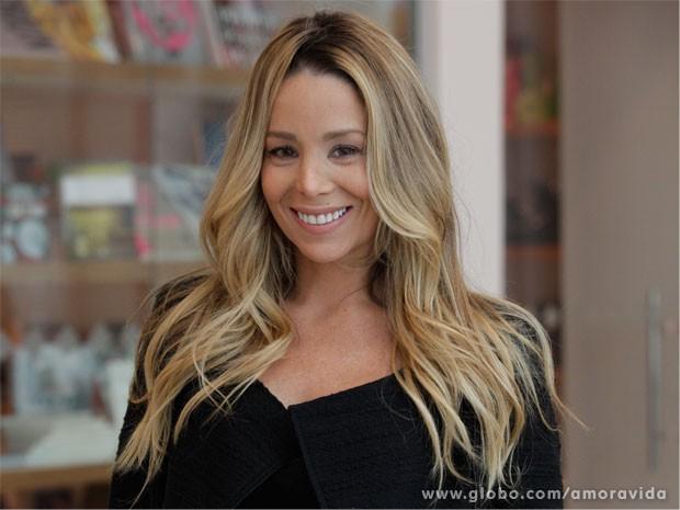 Danielle Winits está empolgada com o desafio de viver dermatologista (Foto: Amor à Vida / TV Globo)