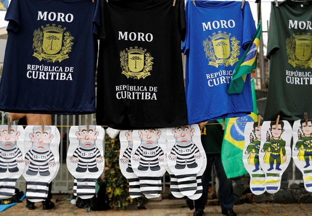 Ambulante vende camisetas de apoio ao juiz Sérgio Moro e bonecos do ex-presidente Luiz Inácio Lula da Silva vestido de presidiário (Foto: Nacho Doce/Reuters)