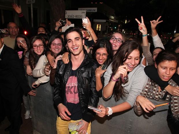 Fiuk tira foto com fãs (Foto: Manuela Scarpa / Foto Rio News)