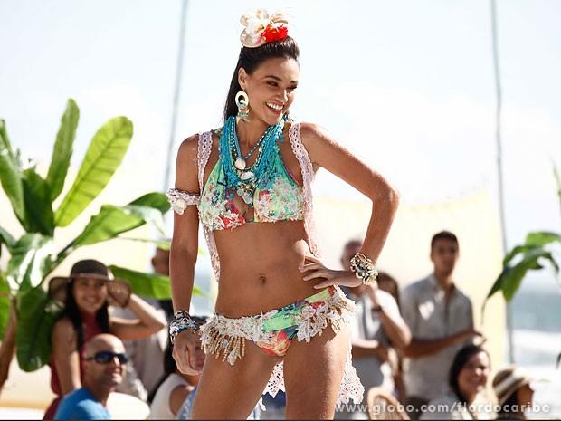 Débora Nascimento grava cenas de Taís com figurino super produzido (Foto: Flor do Caribe / TV Globo)