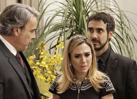Fedora faz escândalo ao ver caixão de Teodora
