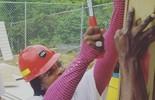 Serena põe a mão na massa e ajuda a construir escolas na Jamaica (Reprodução)