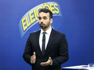 O apresentador Filipe Toledo foi o mediador do debate na TV Gazeta  (Foto: Alisson Frazão)