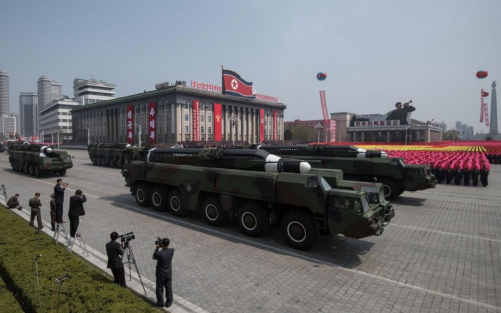 O desfile do 'Dia do Sol', que comemora o nascimento do fundador do país, é o momento em que a Coreia do Norte exibe todo seu arsenal militar; o último aconteceu neste sábado (Foto: Ed Jones/AFP)